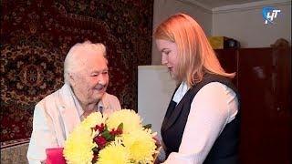 Новгородке Елене Николаевне Исаенко вручили памятный знак в честь 75-летия освобождения Ленинграда