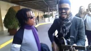 Djavan cantando com músico de rua
