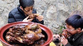 Niu Jiu stew big straight bones to nourish his son, The big ribs are fragrant, Look at me!