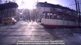 Смотреть онлайн Девушка за рулем не пропустила трамвай