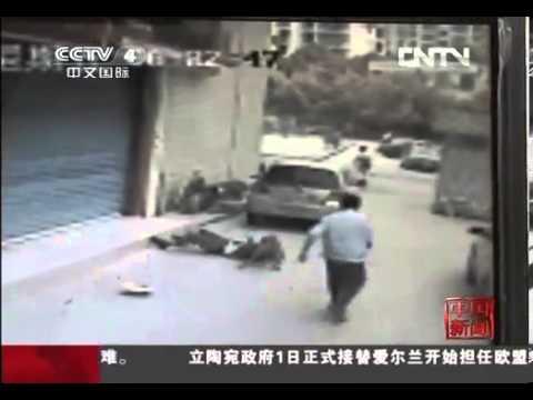 監控拍下廣西老人遛狗時被自家狗咬死全過程