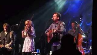 """Video thumbnail of """"Alison Krauss & Union Station, The Boy That Wouldn't Hoe Corn"""""""