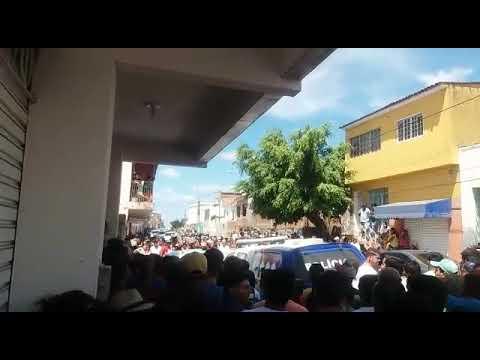 População grita por justiça enfrente a delegacia em Bom Conselho