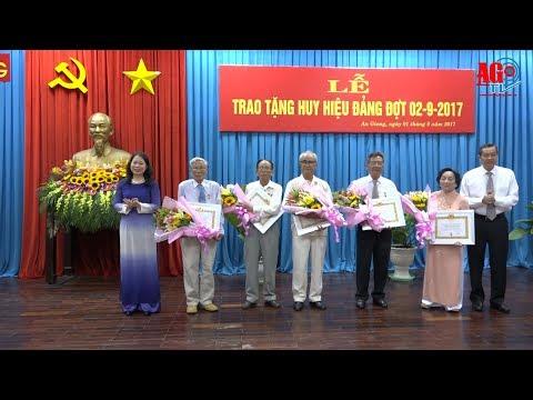 Trao tặng Huy hiệu Đảng đợt 2-9 cho các đồng chí cao niên tuổi Đảng