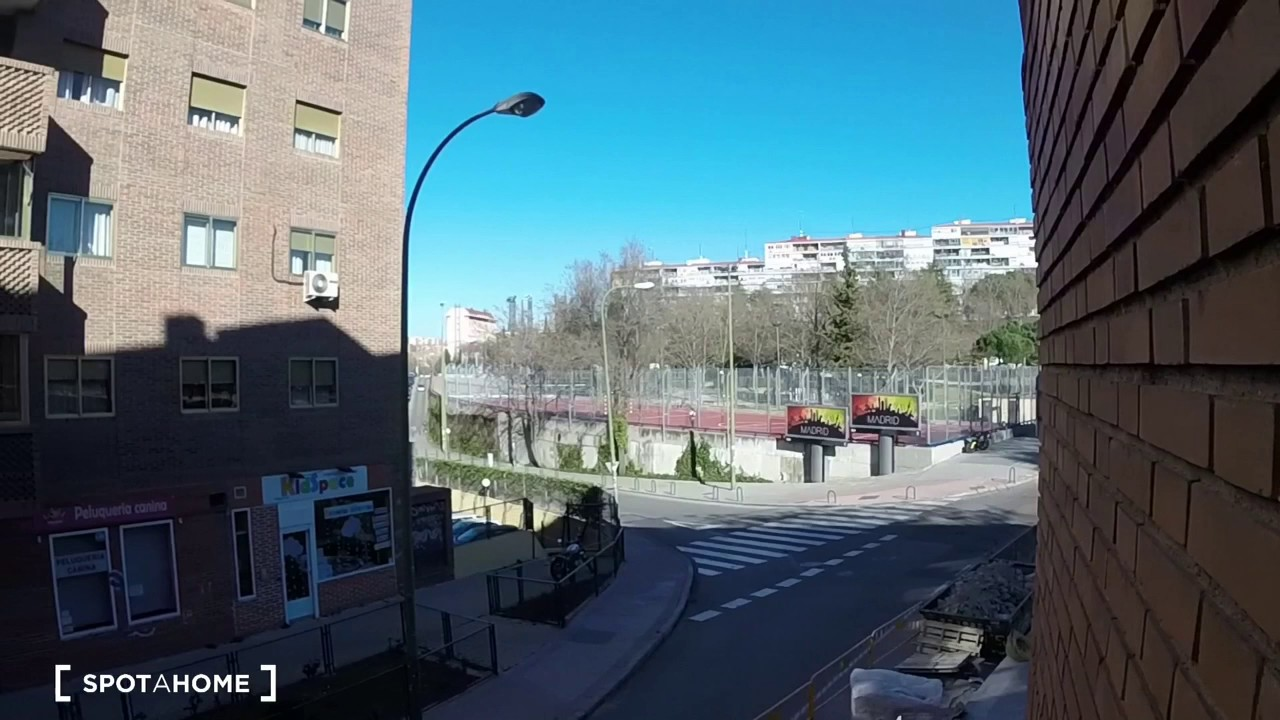 Rooms for rent in 3-bedroom apartment with street view in Valdezarza