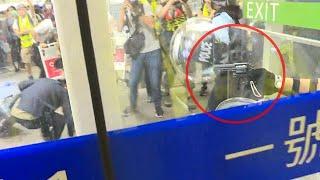 機場示威者包圍內地人警一度舉槍;示威者發現有內地人混入 搜尋後認為他是公安 - 有線新聞 i-CABLE News