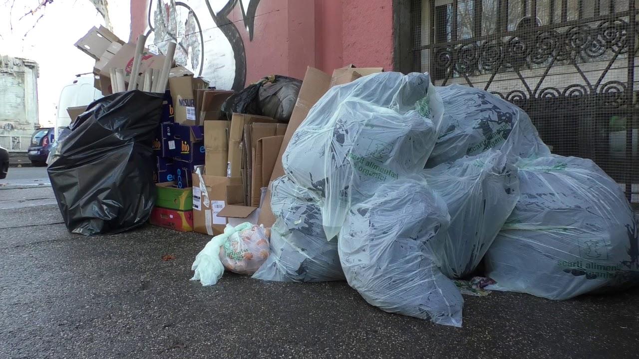 Emergenza rifiuti a Roma, continuano i disagi