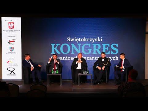 Pięciu mężczyzn uczestniczy w debacie. W tle na telebimie napis Świętokrzyski Kongres Organizacji Pozarządowych