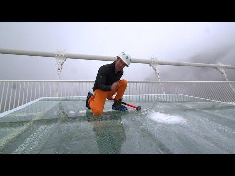 Repórter usa marreta para testar resistência de ponte de vidro na China