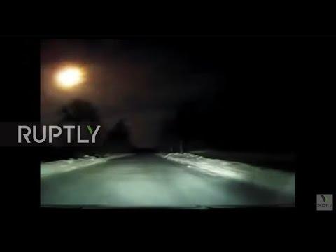 سائق يوثق لحظة سقوط نيزك عملاق في سماء روسيا