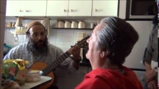 סרטון מרגש של הרב שחר מנגן ושר לקלרה 2015