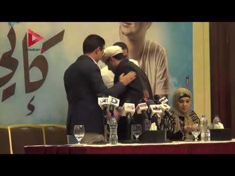 محمود ياسين التهامي يحاول تقبيل يد المنشد مصطفي عاطف