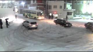 【警察】【ウン漏れ】豪雪の都内にノーマルタイヤでのこのこ出て来た馬鹿を救う警察官