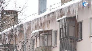 Огромные сосульки делают улицы Великого Новгорода опасными для жизни