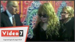 """بالفيديو.. انهيار الفنانة نيللى فى عزاء شقيقتها """"فيروز"""" بالحامدية الشاذلية"""