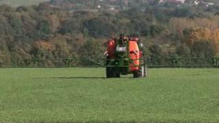 preview picture of video 'Amazone UF Anbaufeldspritze im Einsatz - Moderner Pflanzenschutz'