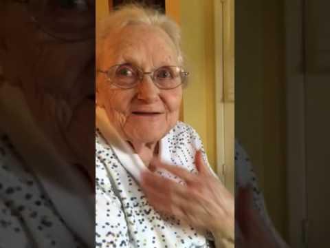 Lyndel (92) hører country-legenden spille sangen hennes