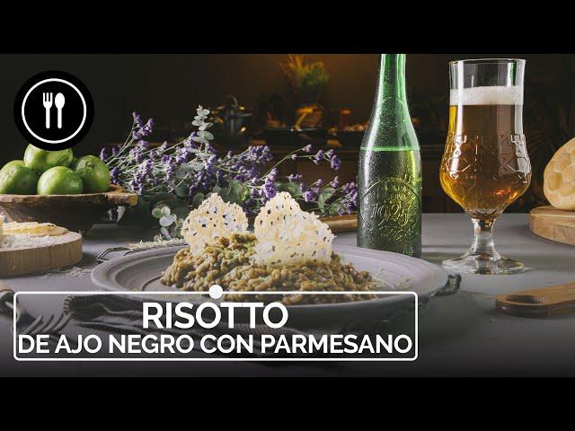 Risotto de ajo negro con crujiente de parmesano: una receta repleta de texturas