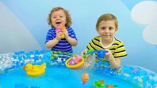 ВЕСЁЛАЯ РЫБАЛКА для детей! Даник и Никита играют в рыбалку - Носики Курносики детский канал