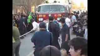 preview picture of video 'Hombre arrastra camión de Bomberos'
