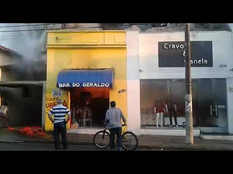 Moradores observam incêndio no bar, que atingiu loja de roupas ao lado