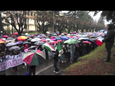La pioggia non ferma il corteo degli studenti
