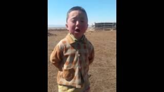 Маленький мальчик поет прикольно