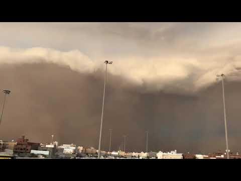 مشهد مخيف إعصار ميكونو ميناء صلالة حاليا من قلب الحدث مع توقف العمل إلى أشعار أخر بسبب الاحوال الجوي