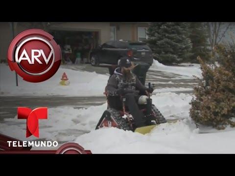 Veterano limpia nieves usando pala en su silla de ruedas | Al Rojo Vivo | Telemundo