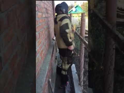 Сварщик танцует с забором(ударило током)