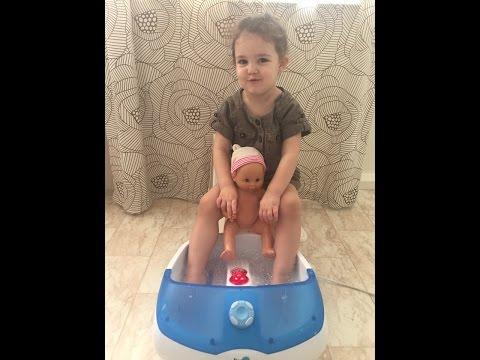 Baby doll massage water game Детский массаж с водой VLOG Salli