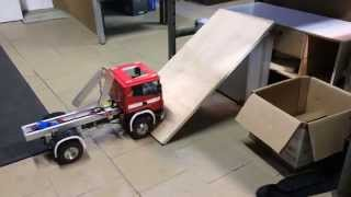 preview picture of video 'rc truck scania 4X4 trip up the hill rc camión Sca diff lock'