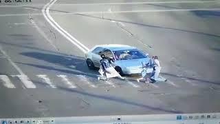18+ Видео момента ДТП на Троещине: водитель Audi сбил мужчину с ребенком на пешеходном