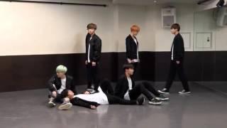 Корейские парни круто танцуют (BTS RuN)