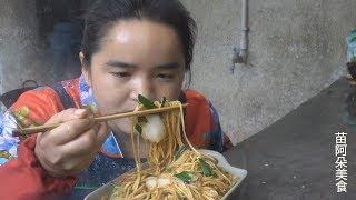 苗大姐吃面条上瘾,面条和白菜一炒,吃了一大碗