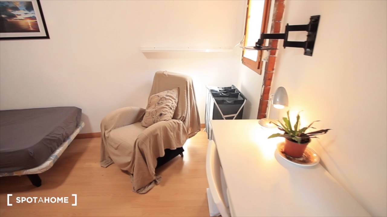 Spacious 2-bedroom apartment with AC and terrace for rent in Gracia area