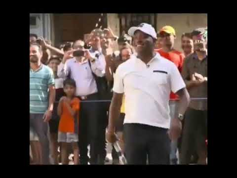 Brian Lara, Brett Lee playing gully cricket in Mumbai