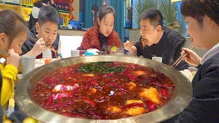 "The little chef sees his godmother in Chengdu, and the family eats ""hot and spicy hot pot"", so cozy!"