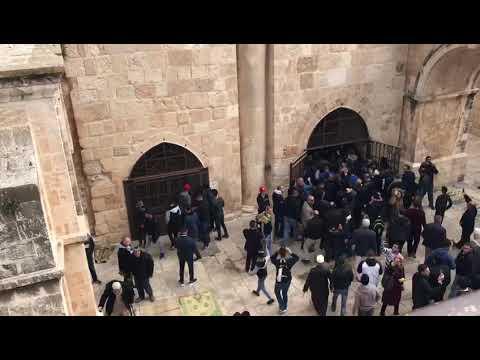 فيديو : المقدسيون ينجحون بفتح مبنى باب الرحمة المغلق منذ 2003 رافعين علم فلسطين