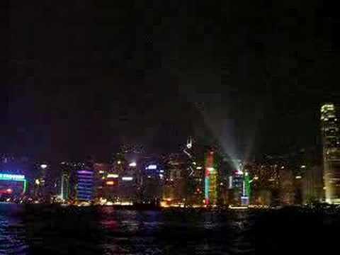 Świecące nocą na kolorowo wieżowce Hong Kongu