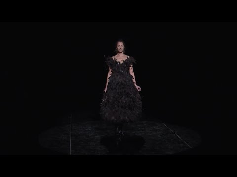 Christy Turlington returned to the runway for the first time in more than 20 years by closing the Marc Jacobs show at New York Fashion Week. (Feb. 13)