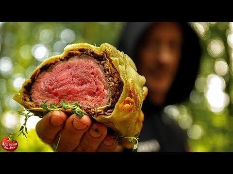 在野外製作威靈頓牛排。炭烤味道應該會更香