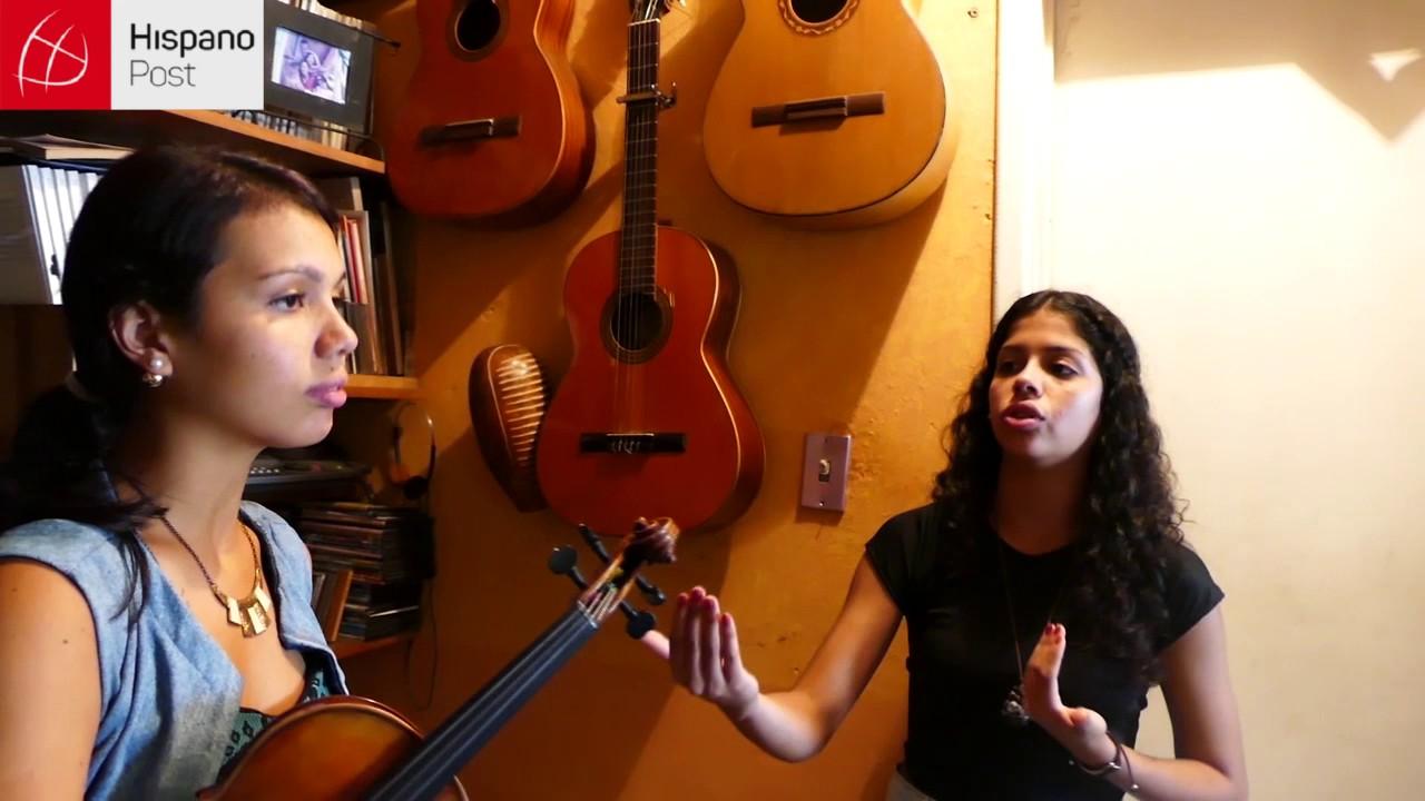 Calles de Caracas se alegran con la música de dos hermanas