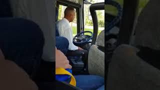 Водитель автобуса очень деликатно переключает передачи.