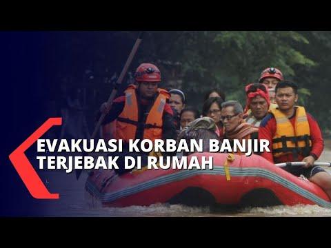 bpbd evakuasi korban banjir yang terjebak di rumah