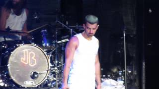 Jonas Brothers - When You Look Me In The Eyes - Live