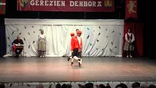 """preview picture of video 'El Teatro Barakaldo acogió el pasado sábado la pastoral urbana """"Gerezien Denbora"""" de Baiona'"""