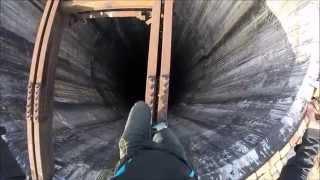 Homem escala chaminé de 280 metros de altura sem nenhuma proteção