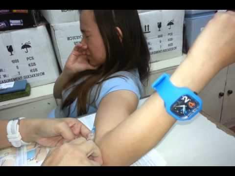 Ang babae ay may mga maliliit na suso at malaking nipples