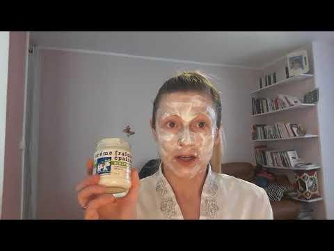 Les masques pour la personne nettoyant avec les serviettes et lalbumine